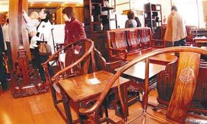 红木家具甩卖背后猫腻多:用廉价木材造假冒充红木