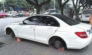 车停路边轮子不见 车主目瞪口呆拆卸真凶竟是护卫队