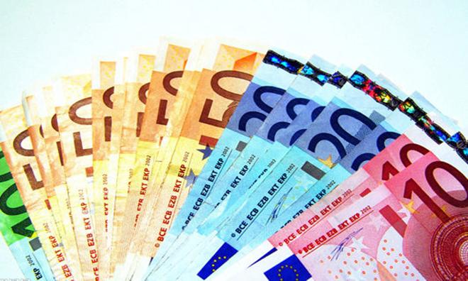 """默克尔表示欧元存在的""""估值问题""""已超出她控制"""