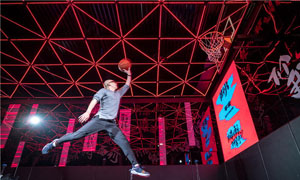 平安变灌篮高手 运球技术娴熟飞跃扣篮一幕帅呆众人