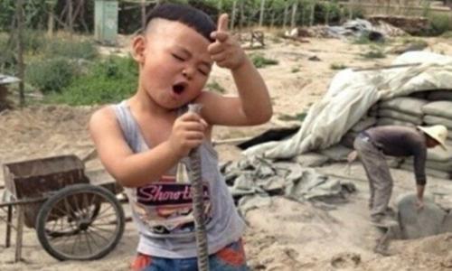 """丁俊轩被称作""""工地萌娃""""        半夜做梦也在唱歌"""