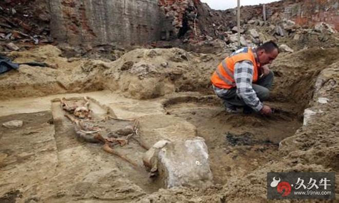 考古学家挖出女婴是活的 .jpg