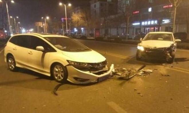 男子酒后夺车闹市连撞   被逮到时候做出低俗行为